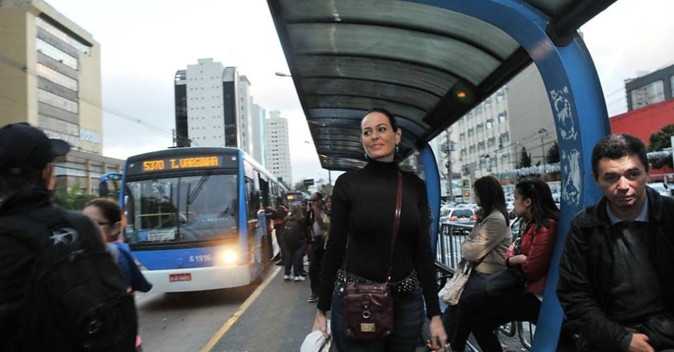 """1.out.2013 - A empresária e integrante do reality """"Mulheres Ricas"""", Cozete Gomes foi convidada pela """"Folha de S. Paulo"""" para andar de transporte coletivo pela cidade de São Paulo. A ideia era Cozete testar a faixa exclusiva de ônibus em São Paulo, uma das apostas da gestão Fernando Haddad (PT) para acelerar os coletivos. Antes de viver seu momento """"gente como a gente"""", a empresária precisou encarar uma dúvida cruel: qual sapato, entre os cerca de 600 pares, ela usaria para subir no veículo? Ela acabou optando por uma bota de cano curto bicolor, da marca portuguesa Helsar"""