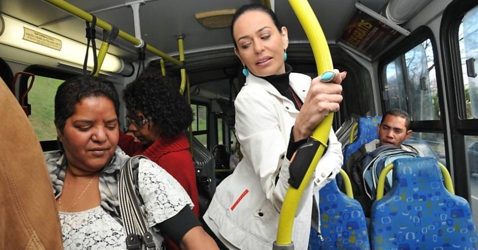 """1.out.2013 - Cozete Gomes, que integrou o elenco do reality """"Mulheres Ricas"""", fez um passeio de """"busão"""" em um momento """"gente como a gente""""! A convite da """"Folha de S. Paulo"""", a empresária trocou de lugar com sua empregada, Bernadete, e as duas fizeram uma inversão de papéis. Após 25 anos sem usar transporte público, realizou um trajeto de ônibus, enquanto Bernadete foi no banco de trás de um carrão importado, o, uma Land Rover vermelha"""