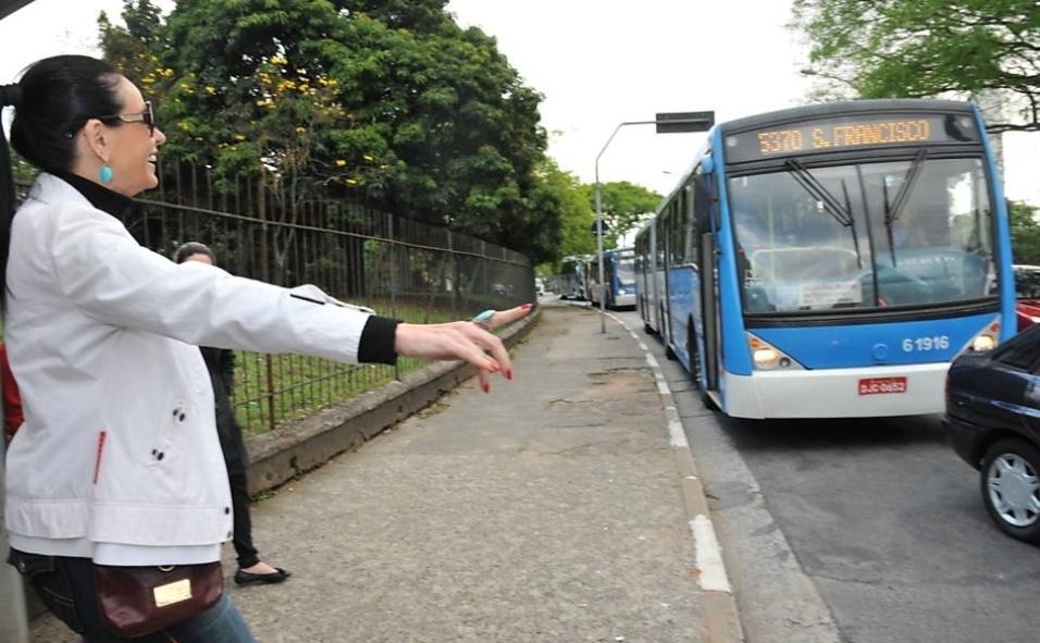 """1.out.2013 - Cozete Gomes, que integrou o elenco do reality """"Mulheres Ricas"""", fez um passeio de """"busão"""" em um momento """"gente como a gente""""! A convite da """"Folha de S. Paulo"""", a empresária trocou de lugar com sua empregada, Bernadete, e as duas fizeram uma inversão de papéis. Após 25 anos sem usar transporte público, realizou um trajeto de ônibus, enquanto Bernadete foi no banco de trás de um carrão importado, uma Land Rover vermelha"""