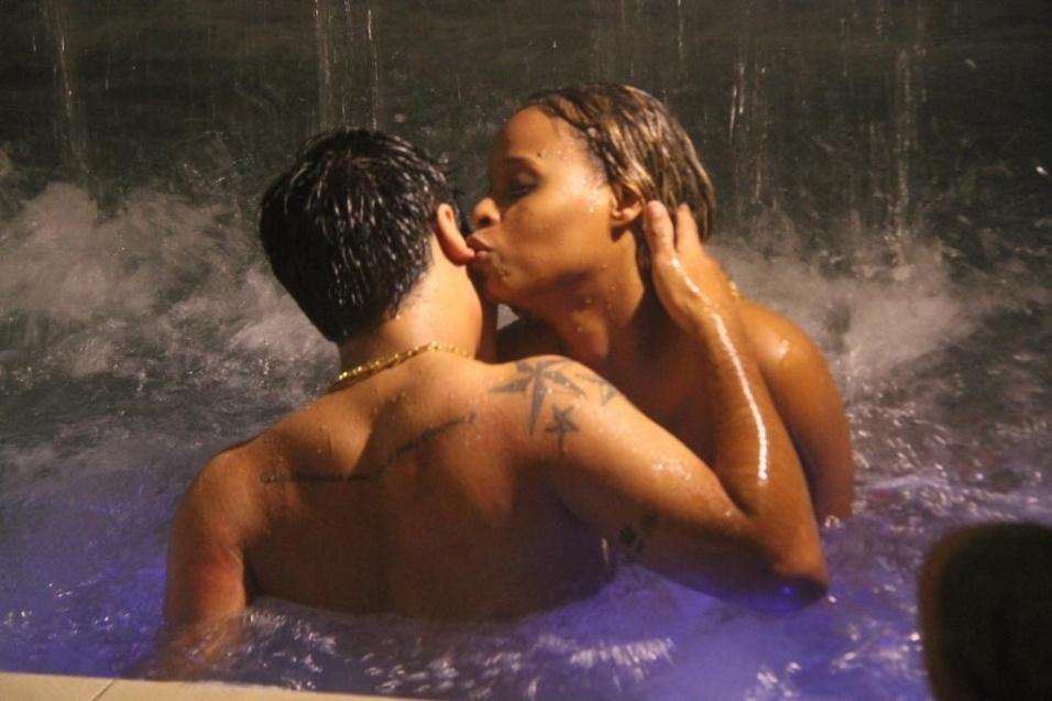 6.out.13 - A atriz Roberta Rodrigues mostrou seu lado sensual ao protagonizar cenas quentes na gravação de um clipe, neste sábado. As cenas fazem parte do clipe da música