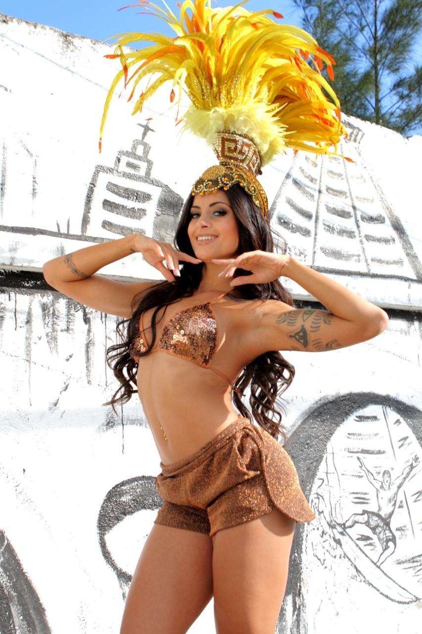 """6.out.2013 - A modelo e bailarina do 'Domingão do Faustão' Aline Riscado será coroada como rainha de bateria da escola de samba carioca Caprichosos de Pilares. """"Ser rainha de bateria de uma escola como a Caprichosos de Pilares, é uma honra. É também de uma felicidade e de uma responsabilidade muito grande, mas tenho certeza de que representarei muito bem a minha escola"""", destacou a beldade"""