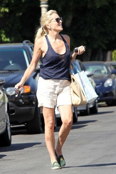 7.out.13 - Aos 55 anos, a atriz Sharon Stone mostrou demais ao sair de casa sem sutiã e com uma blusa azul bem transparente, para fazer compras em Los Angeles, nos EUA. Em boa forma, a musa parece não gostar muito de usar a peça íntima, já que constantemente é clicada sem lingerie pelos paparazzi de plantão