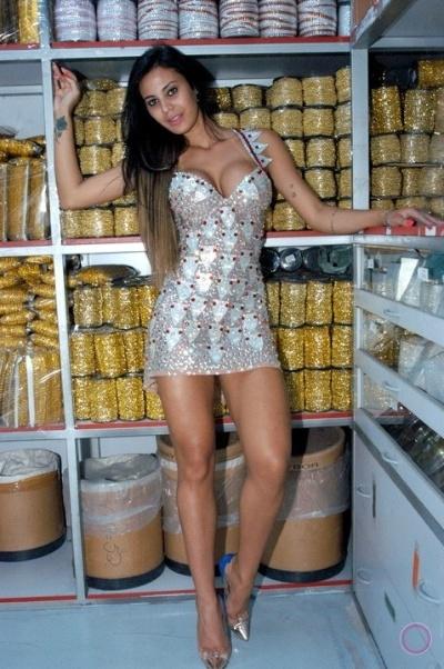 8.out.2013 - Lorena Bueri já está entrando no clima do Carnaval. A beldade exibiu o corpão um ensaio sexy em uma loja de adereços em São Paulo, mostrando que vai arrasar no sambódromo em 2014 à frente da bateria da escola de samba pauista Pérola Negra