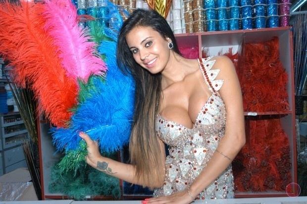 8.out.2013 - Lorena Bueri já está entrando no clima do Carnaval. A beldade fez um ensaio sexy em uma loja de adereços em São Paulo, mostrando que vai arrasar no sambódromo em 2014 à frente da bateria da escola pauista Pérola Negra