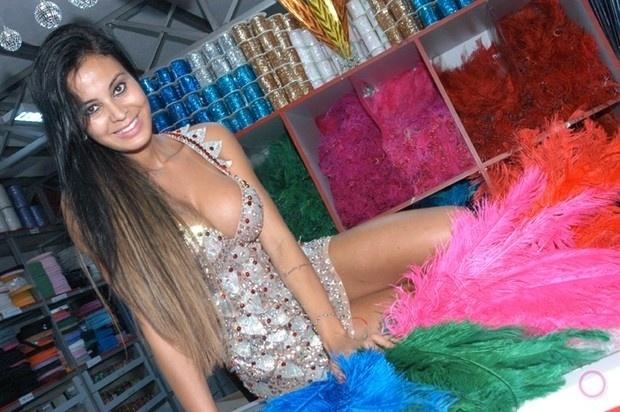 8.out.2013 - Lorena Bueri já está entrando no clima do Carnaval. A morena fez um ensaio sexy em uma loja de adereços em São Paulo, mostrando que vai arrasar no sambódromo em 2014 à frente da bateria da escola pauista Pérola Negra