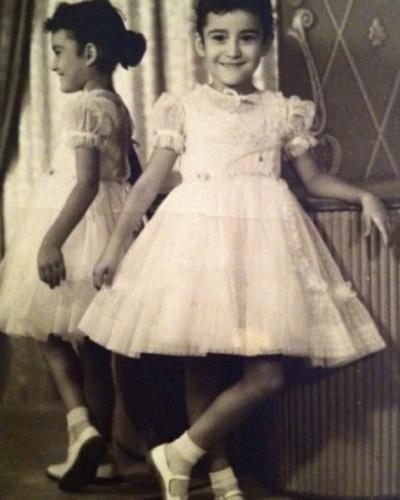 9.out.2013 - Sônia Abrão também entrou na moda das fotos nos tempos da infância nas redes sociais às vésperas do Dia das Crianças. Na imagem, a apresentadora aparece de vestidinho branco rendado, segurando a ponto da saia com charme