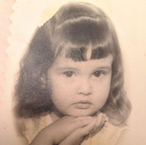 """11.out.2013 - Fátima Bernardes abriu o baú para mostrar ao público no Instagram uma foto da época em que era uma graciosa garotinha.  """"Eu e minha franja, minha franja e eu"""",escreveu a apresentadora"""