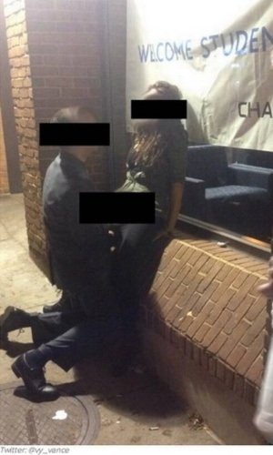 14.out.2013 - Um casal foi fotografado fazendo sexo em uma rua de Ohio, no EUA. Cerca de dez testemunhas presenciaram o caso, chegando a filmar e postar na web. Os dois jovens estudam na Universidade de Ohio e têm cerca de 20 anos. No dia seguinte, a moça foi até a polícia e contou ter sido vítima de estupro. Ela revelou que não se lembrava de nada da noite anterior até ver fotos suas na internet e ficar apavorada. No entanto, as pessoas ouvidas pela polícia até agora disseram que a jovem estava
