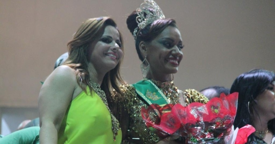 20.out.2013 - Viviane Araújo participa da cerimônia de coroação de Ana Paula Evangelista como rainha de bateria da escola de samba carioca Mocidade Independente de Padre Miguel. Em 2014, Vivi vai desfilar como rainha de bateria do Salgueiro