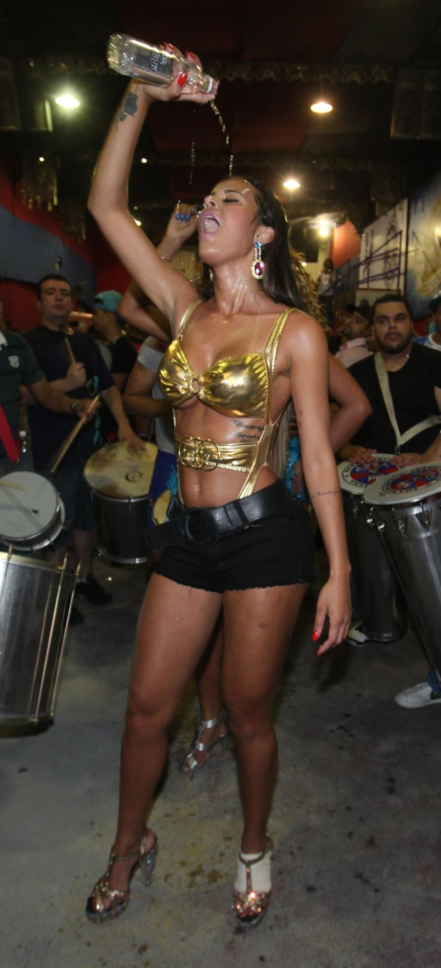 20.out.2013 - Lorena Bueri cai no samba na quadra da escola de samba Pérola Negra, na zona oeste de São Paulo. Ex-Gata do Paulistão precisou se refrescar