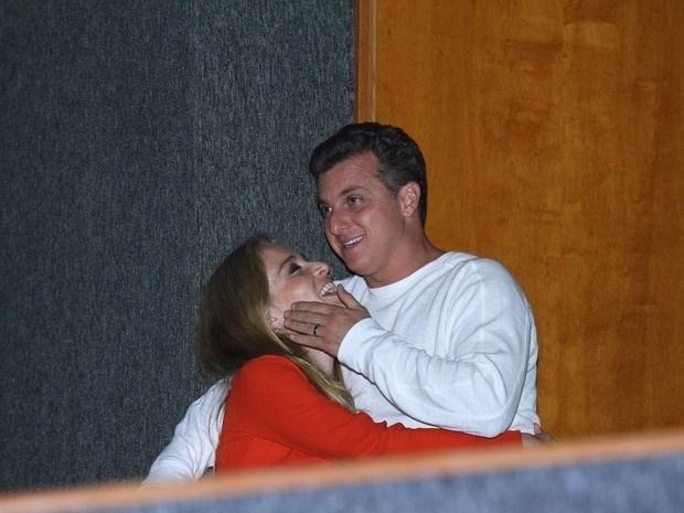 23.out.2013 - Angélica e Luciano Huck se empolgaram no show de Preta Gil em uma casa de shows na Barra da Tijuca, Zona Oeste do Rio