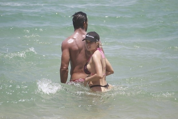 24.out.2013 - Aryane Steinkopf e Beto Malfacini curtiram uma tarde de sol na praia Grumari, no Rio de Janeiro. A ex-panicat e o modelo se conheceram no reality show