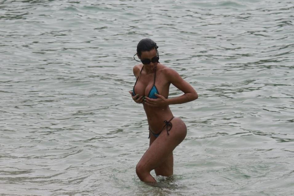 31.out.2013 ? A ex-gata do Paulistão Lorena Bueri praticou stand up padde na praia da Barra da Tijuca, na zona oeste do Rio de Janeiro. Durante a prática do exercício, Lorena deixou à mostra o corpão que a transformou na rainha de bateria da escola de samba paulista Peróla Negra.