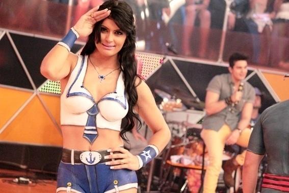 14.nov.2013 - A nova legendete Camila Vernaglia mostra uma de suas pinturas corporais para o programa. O visual acima será mostrado no