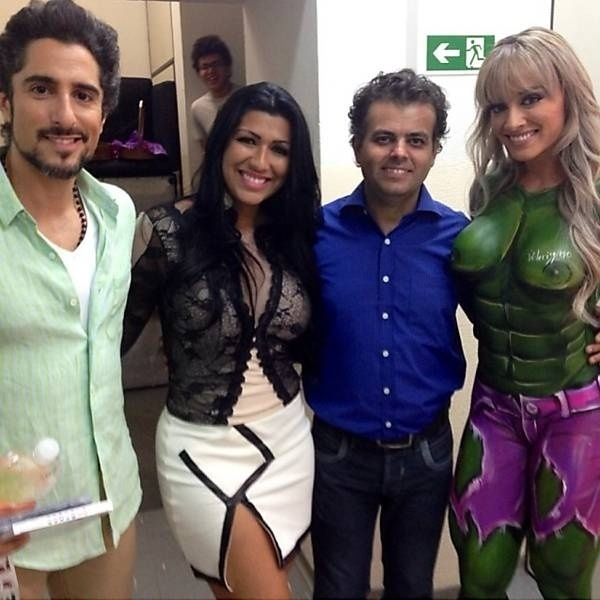 16.nov.2013 - Juju Salimeni se transforma em uma versão sexy do Hulk durante a gravação do
