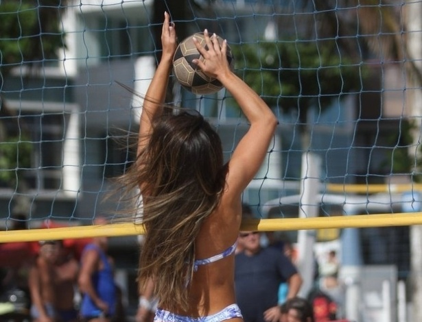 16.nov.2013 - Nicole Bahls curtiu a praia da Barra da Tijuca, no Rio, ao lado de amigos. Animada com a companhia, a gata bebeu espumante rosé e até jogou vôlei de areia, fazendo a alegria dos marmanjos de plantão. Recentemente, Nicole disse ao Ego que sente falta de um namorado, mas se queixou: