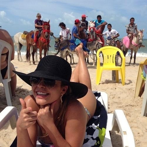"""18.nov.2013 - Cacau Colucci roubou a cena em uma praia em Fortaleza. Em imagem postada no Instagram, é possível ver o sucesso que o corpão da ex-BBB fez no local. """"Será que cobro bilheteria? #fortaleza #platéia #vergonha"""", escreveu Cacau na web"""