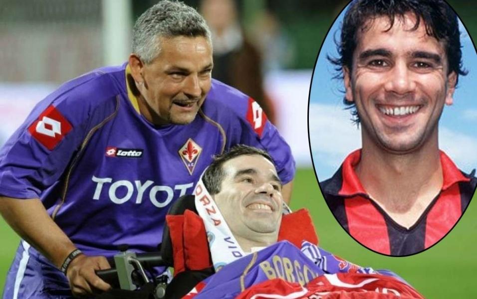 """27.jun.2013 - Stefano Borgonovo, ex-jogador de clubes como Fiorentina e Milan e que também defendeu a seleção italiana, morreu aos 49 anos vítima da esclerose lateral amiotrófica, moléstia também conhecida como """"doença de Lou Gehrig"""". Borgonovo começou a sofrer com os sintomas da doença degenerativa em 2005, mas o diagnóstico definitivo e o anúncio só ocorreram em 2008, quando então o ex-atacante se tornou um símbolo de luta contra a doença. Ainda em 2008, Fiorentina e Milan marcaram um amistoso (foto) em homenagem a Borgonovo que reuniu craques do presente e do passado de ambos os times. Na ocasião, Roberto Baggio, amigo e companheiro de clube na época em que jogaram juntos na Fiorentina, entrou em campo empurrando Borgo na cadeira de rodas até os torcedores do clube."""