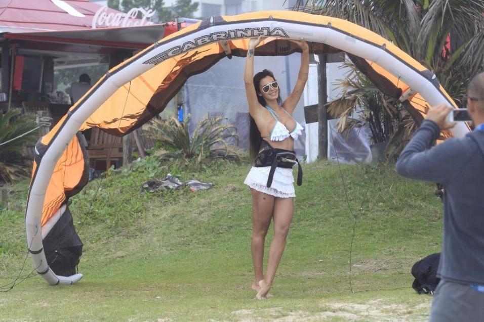 25.nov.2013 - A modelo e assistente de palco Lorena Bueri não se intimidou com o tempo nublado e foi praticar aulas de kitesurf na praia da Barra da Tijuca, zona oeste do Rio de Janeiro. A gata mostrou que está com o corpo em ótima forma usando um biquíni branco e saia curta