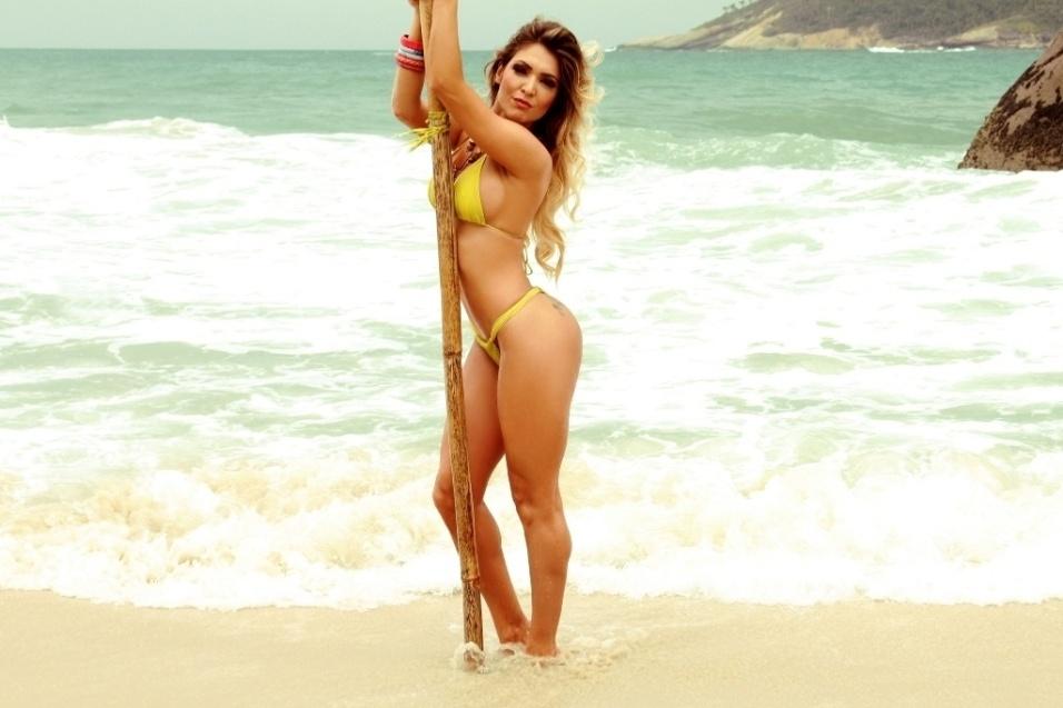 26.nov.2013 - Com o corpaço definido, Muri Rodrigues esbanjou sensualidade em ensaio de biquíni em uma praia do Rio de Janeiro
