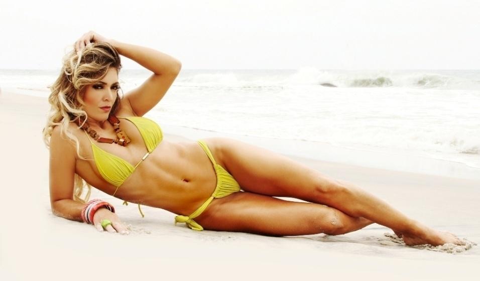 """26.nov.2013 - Muri Rodrigues, assistente de palco do """"Domingo da Gente"""" (Record), exibiu corpo mais enxuto e definido em ensaio de biquíni em uma praia no Rio de Janeiro"""