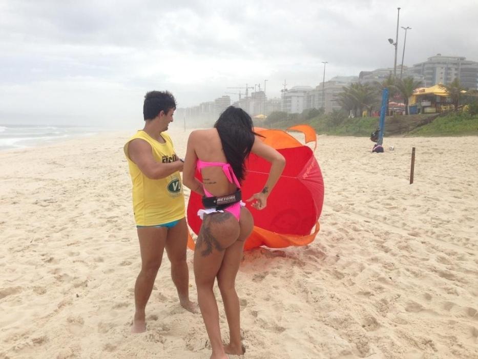 """27.nov.2013 - Amarrada a uma espécie de paraquedas, a modelo e assistente de palco do programa """"Teste de Fidelidade"""", Lorena Bueri, praticou exercícios físicos nas areias da praia da Barra da Tijuca, na zona oeste do Rio de Janeiro"""