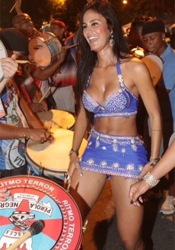 1.dez.2013 - De vestidinho curto e decotado, Lorena Bueri caiu no samba e deixou parte da calcinha à mostra durante o ensaio da escola Pérola Negra, em São Paulo. A beldade é madrinha de bateria da agremiação