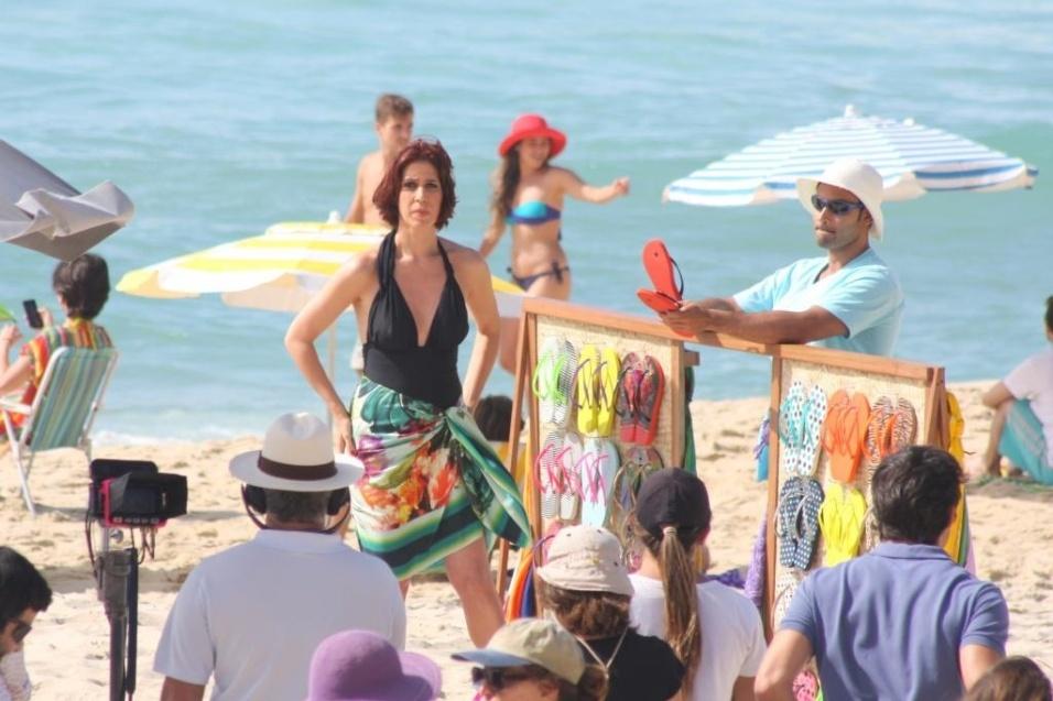 2.dez.2013 - Usando um maiô decotado preto, a atriz Maria Clara Gueiros gravou cenas para um comercial de uma marca de chinelos na praia de São Conrado, na zona sul do Rio de Janeiro