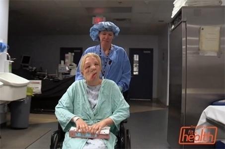 3.dez.2013 ? A jovem Sarah, de 17 anos, sofre de neurofibromatose, o que faz com que tumores cresçam em seu rosto. Desde muito pequena, ela sofre bullying, mas recusando-se a fazer o papel de vítima, ela postou um vídeo contanto sua história. Graças à repercussão, uma equipe do canal de televisão Discovery Health and Fit encontrou Sarah para fazer um programa especial e providenciou um médico que aceitasse operar o tumor, que é muito delicado
