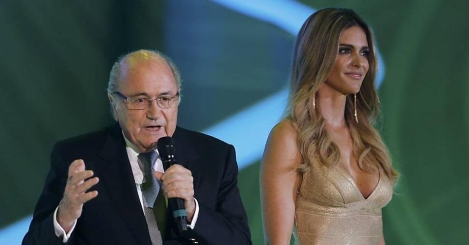 6.dez.2013 - Na imagem, Fernanda Lima e Joseph Blatter, presidente da Fifa, durante apresentação do sorteio dos grupos da Copa de 2014