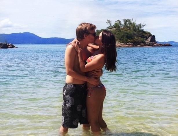 20.dez.2013 - Thais Fersoza aparece em ótima forma em fotos de biquíni com o namorado, Michel Teló. O casal não revela o nome do local, mas o clima de romance é nítido.