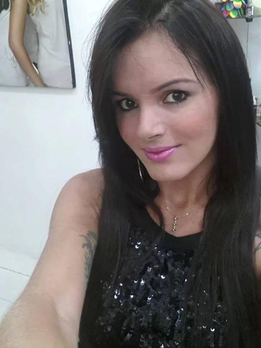 19.dez.2013 - Em seu Facebook, Thalita Zampirolli aposta em fotos com visuais decotados e bem sensuais.