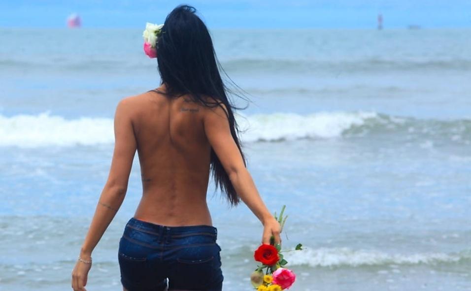 """1º.dez.14 - A morena Lorena Bueri mostrou suas curvas em um ensaio sensual e aproveitou para fazer uma oferenda para agradecer por tudo que aconteceu na sua carreira em 2013. De topless, a bela posou para um ensaio de moda praia. Para 2014, Lorena se diz animada com a sua estreia na websérie """"Vida Fácil"""", na qual vive uma delegada. Musa do Corinthians, ela também se prepara para participar de um filme misturando ficção científica e a história do clube"""