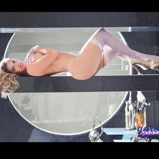 """2.jan.14 - A ex-BBB Fani Pacheco mostrou muita sensualidade e flexibilidade em um ensaio especial para o site """"Garota Pin-up"""". A bela divulgou algumas imagens em sua conta no Instagram. Em uma das imagens, ela aprece de topless, usando apenas meias 7/8 e luvas."""
