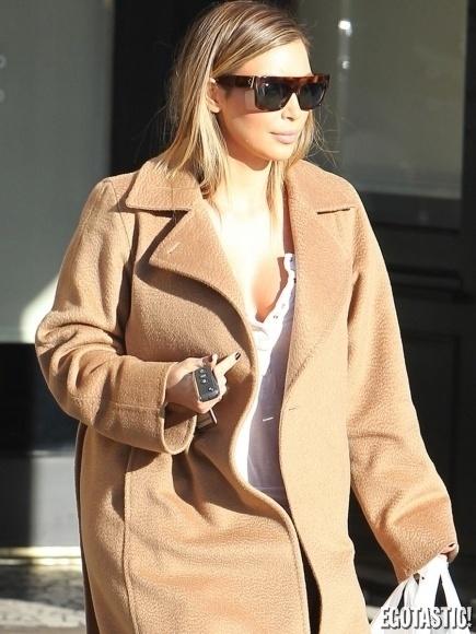 07.jan.2014 - Kim Kardashian quase deixou um de seus fartos seios à mostra. De acordo com o site Egotastic, a socialite foi flagrada quando fazia compras (local não informado). Que saúde hein, Kim!?