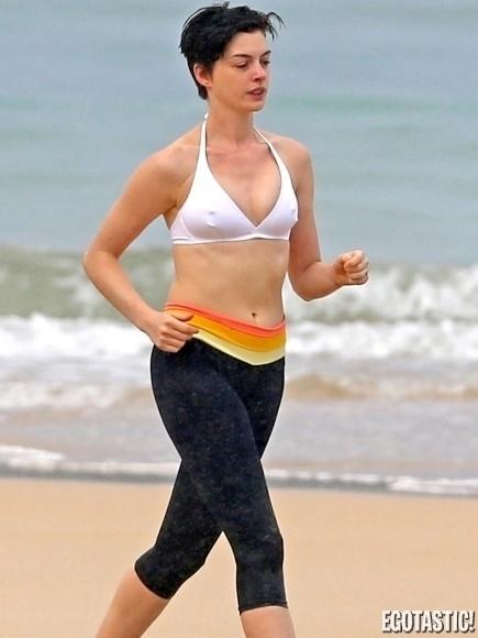 16.jan.2013 - Anne Hathaway foi flagrada de faróis acesos durante uma corrida em uma das praias do Havaí