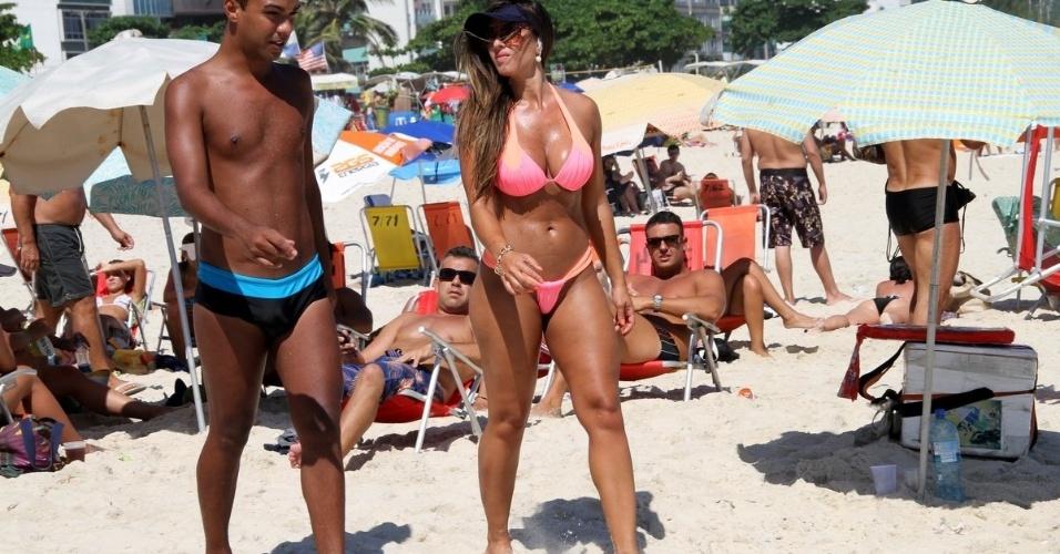 22.jan.14 - Esbanjando simpatia, Nicole Bahls não se incomodou em atender os fãs que a abordaram enquanto ela reforçava o bronzeado na praia da Barra, no Rio