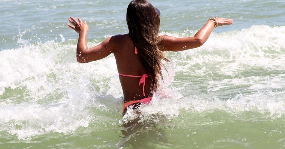 22.jan.14 -  Nicole Bahls também mostrou que continua em ótima forma ao dar uma mergulho para se refrescar do calor que passou dos 35ºC no Rio de Janeiro