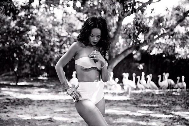 28.jan.2014 - A cantora Rihanna usou o Instagram para divulgar fotografias nas quais aparece usando bíquini. As imagens mostram que a diva do pop está com o corpo em excelente forma. Quanta saúde, Rihanna!