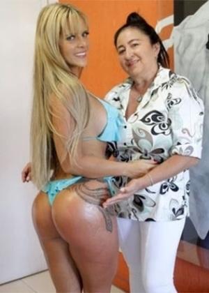 28.jan.2014 - A ex-Fazenda Denise Rocha exibiu suas curvas durante tratamento de beleza em uma clínica na Barra da Tijuca, na zona oeste do Rio de Janeiro. De biquíni azul, a loira se submeteu a um tratamento estético chamado lipoescultura manual