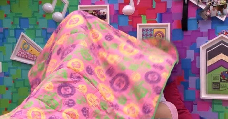 1º.fev.2014 - Tatiele até tentou esconder, mas acabou deixando parte dos seios à mostra enquanto se trocava no quarto Festa. Clara, que observava a cena, pediu: