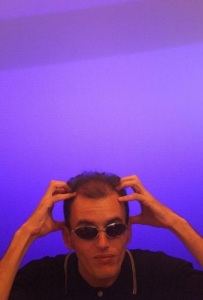 """3.fev.2013 - Você se lembra de Rodolfo Carlos de Almeida, que fez sucesso no final da década de 90 na dupla com ET no SBT? De acordo com o Notícias da TV, o jornalista, que já chegou a ganhar R$ 34 mil na emissora de Silvio Santos, vive atualmente com um salário bem menor do que no auge da carreira. """"Não chego a ganhar nem R$ 3 mil por mês. Nem carro eu tenho. O povo acha que saí feliz da vida, está tudo legal. Não posso dizer que tenho satisfação de ter feito Rodolfo & ET com o Gugu. Saí do SBT magoado"""". Rodolfo está processando a emissora, cobrando encargos trabalhistas por serviços prestados por 12 anos (foto de 1999)"""
