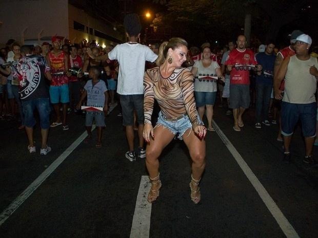 5.fev.2014 - Rainha de bateria da Salgueiro, Viviane Araújo mostra animação e samba no pé em ensaio da escola de rua da escola carioca. Para a ocasião, Vivi escolheu um short curtinho e uma blusa estampada transparente para evidenciar as curvas