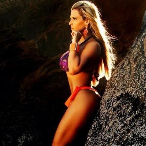 """6.fev.2014 - Denise Rocha postou no Instagram fotos de um ensaio que protagonizou de biquíni na praia. A gata afirmou ao Ego que o corpão é resultado de uma dieta que ela está seguindo para poder brilhar no Carnaval: """"Estou fazendo dieta. Não como carboidrato à noite. Além disso, estou me cuidando também com tratamento estéticos e massagens. Vou desfilar como destaque de um carro da Grande Rio"""", revelou a gata"""