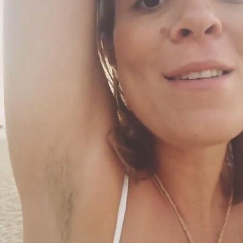 """6.fev.2014 - Depois de sair da casa do """"BBB14"""", Bella causou polêmica ao fazer um ensaio sexy para o Paparazzo sem depilar as axilas. A ex-BBB afirmou que não gostava de seguir padrões: """"Luto pela liberdade. Sou alérgica a lâmina e só me depilo com cera. Prefiro exibir uma axila peluda a uma ferida"""", disse a ex-sister ao Ego. Na noite desta quinta, Bella anunciou no Instagram que vai dar fim aos pelos. """"Brodinhos queridos do meu coração, amanhã voltarei para Recife e vou depilar o meu sovaco. Sabem por que? Só porque eu quero e porque tá calor. Se despeçam do meu sovaquinho""""."""