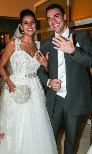 """17.fev.2014 - Após oito anos juntos, os ex-BBBs Mariana Felício e Daniel Saullo oficializaram a união no último sábado (15) com a presença de outros confinados do reality show, como DanDan do """"BBB6"""";  e Alexandre Scaquette, do """"BBB8"""". Os dois se cruzaram no """"BBB6"""", mas, na verdade, já se conheciam antes de entrar na casa por serem modelos. Durante o confinamento, Mariana confessou que era apaixonada por Daniel desde a adolescência, mas o romance não engatou durante o """"BBB"""". Apesar de próximos, Daniel ficou com Roberta, protagonizando uma espécie de triângulo amoroso. Rejeitada, Mariana acabou nos braços de Rafael. Os dois retomaram a relação após o fim do programa e estão juntos há oito anos"""