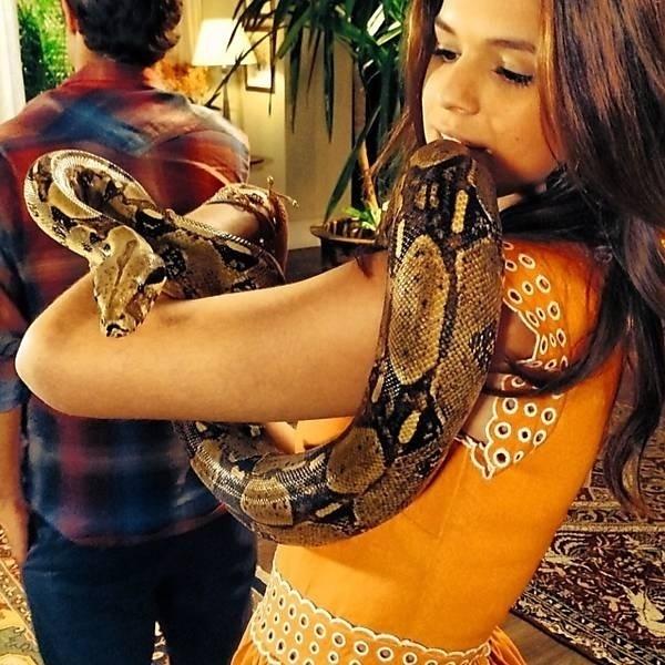 """19.fev.2014 - Bruna Marquezine postou no Instagram foto com uma nova """"coleguinha"""" de elenco. A atriz, que vive Luiza na novela """"Em Família"""", vai contracenar com uma cobra."""