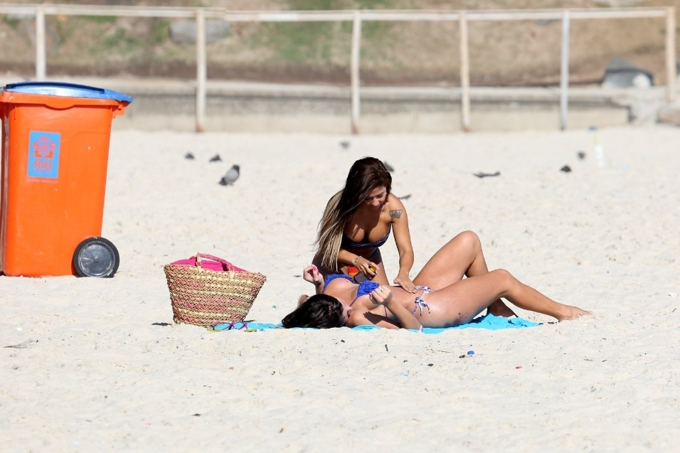 19.fev.2014 - A Miss Bumbum RJ Paloma Gomes (esq) e a modelo transexual Thalita Zampirolli aproveitam tarde de sol na praia do Leme, no Rio