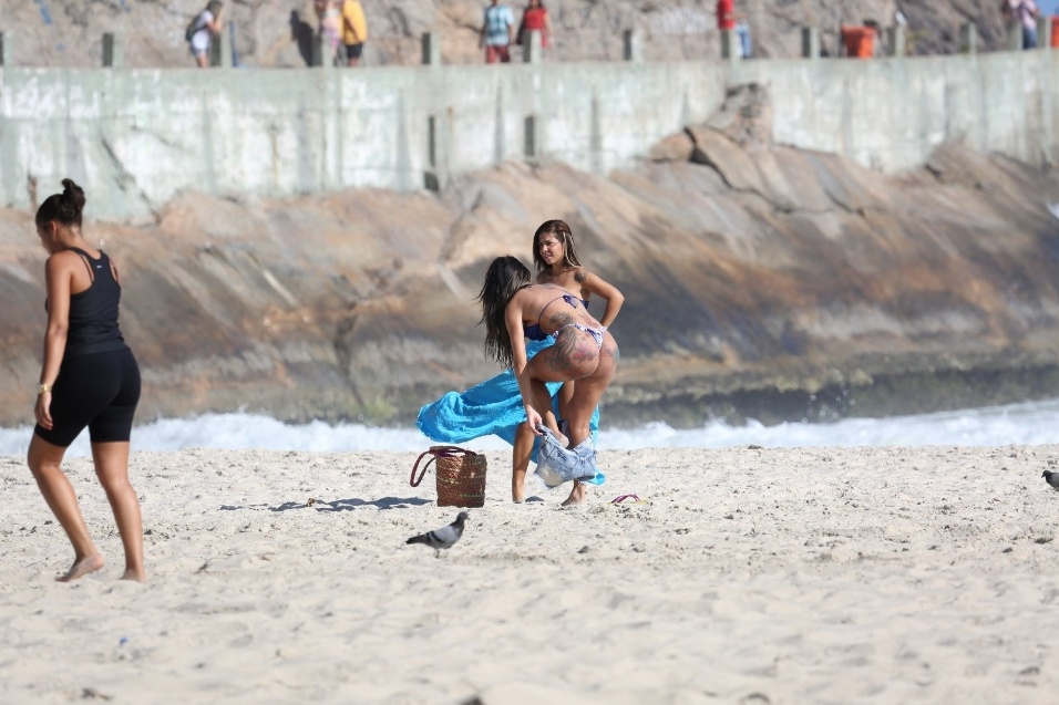 19.fev.2014 - A modelo transexual Thalita Zampirolli exibe bumbum tatuado na praia do Leme, no Rio de Janeiro. Ela foi ao local acompanhada da Miss Bumbum RJ Paloma Gomes. As duas trocaram beijos e carinhos em frente aos fotógrafos