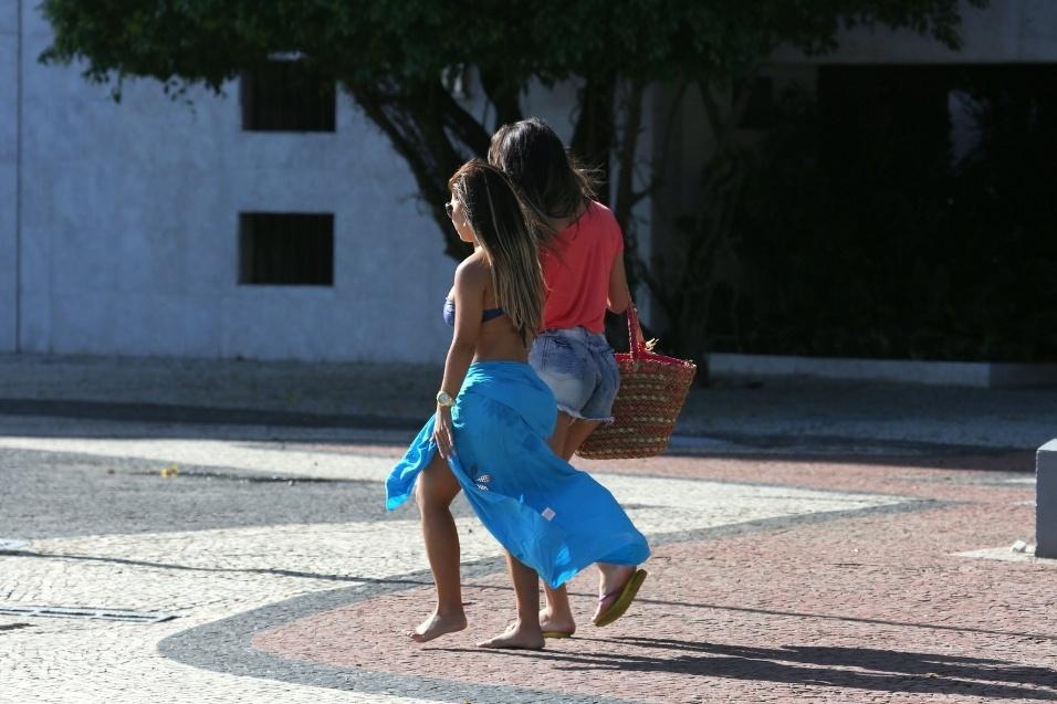 """19.fev.2014 - A transexual Thalita Zampirolli (dir), que diz ter namorado o craque Romário, trocou beijos e abraços com a Miss Bumbum RJ Paloma Gomes, na praia do Leme (RJ). Em entrevista ao Ego, Thalita afirmou que Paloma não é sua namorada: """"É só uma amiga minha. Nos conhecemos há pouco tempo. Esse beijo foi só um beijo de carinho""""."""